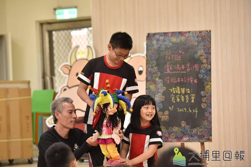 戲偶子劇團至埔里鎮校園巡迴演出,小朋友還可以親手操作戲偶,互動性十足。(柏原祥 攝)