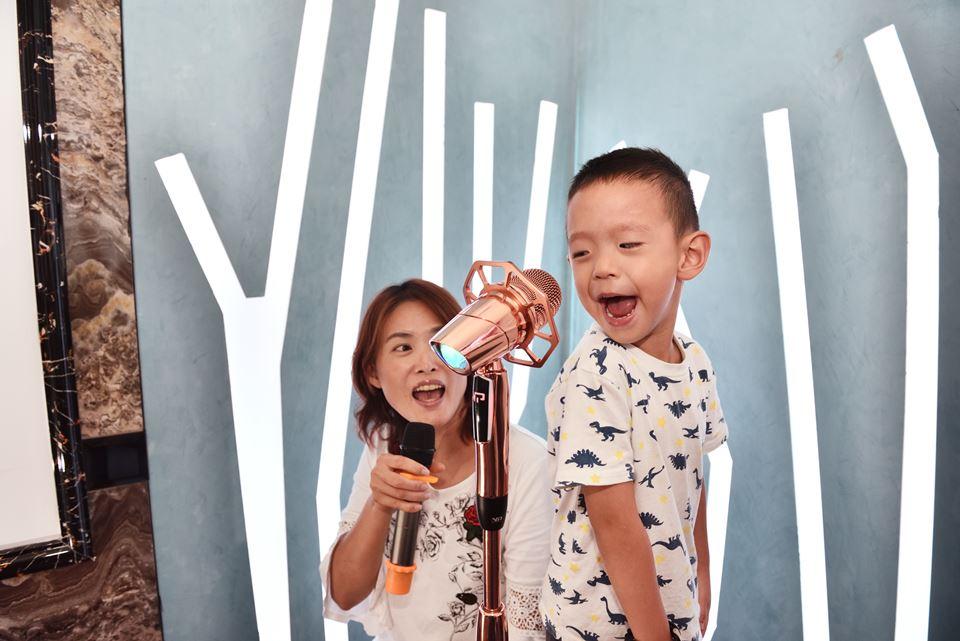 埔里百分百KTV新開幕,設施新穎,提供可調整高度的立式麥克風,小朋友也可以當個小歌王(后)。(柏原祥 攝)