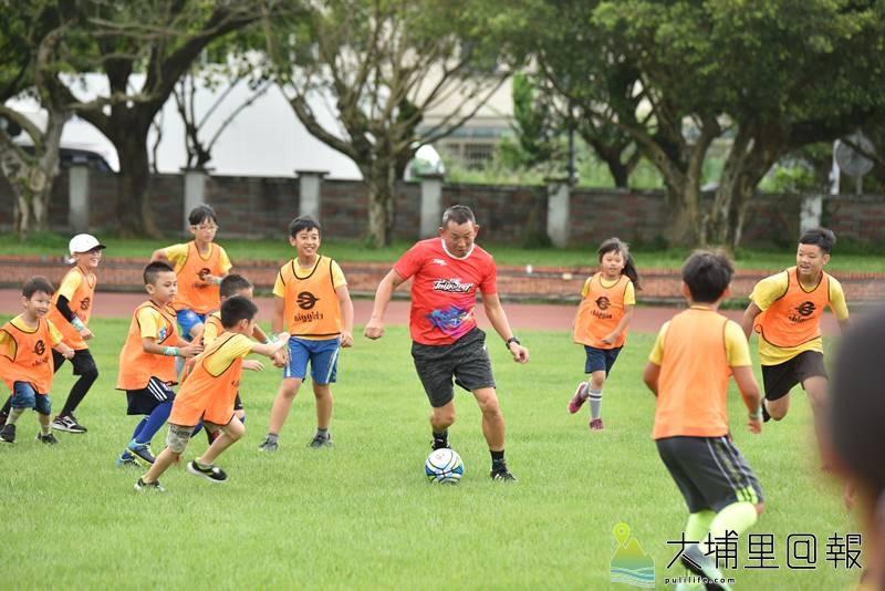 台電足球Fun電營首次在埔里鎮宏仁國中舉辦,台電足球隊總教練陳貴人親自下場示範。(柏原祥 攝)