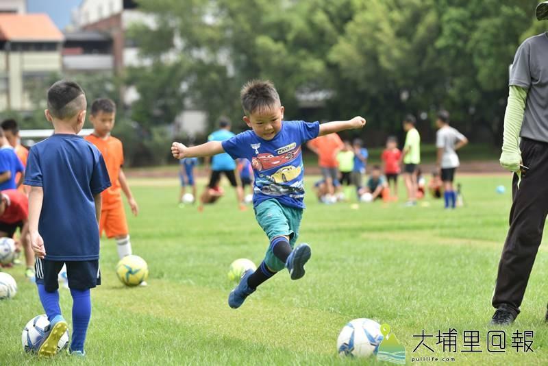 埔里鎮一群熱心人士成立山城足球俱樂部,帶領著一群孩子體會足球的樂趣。(柏原祥 攝)