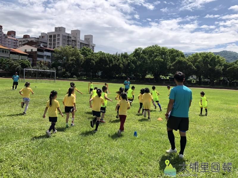 台電足球Fun電營首次在埔里鎮宏仁國中舉辦,小朋友在場中奮力奔馳。(柏原祥 攝)