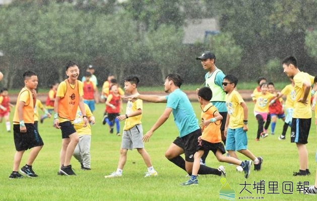 台電足球Fun電營首次在埔里鎮宏仁國中舉辦,開幕對踢儀式中降下小雨,仍不減踢球的興致。(柏原祥 攝)