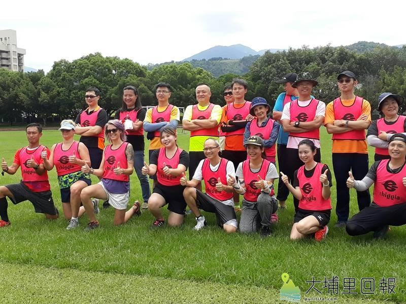 台電足球Fun電營首次在埔里鎮宏仁國中舉辦,閉幕典禮中,安排家長對踢體驗。(彭慧雯 攝)