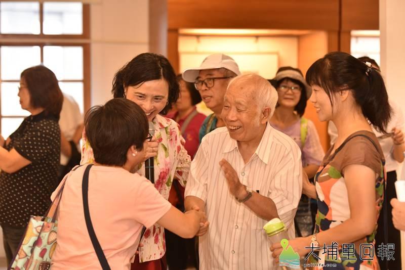 孫少英擔任南投藝術家資料館2019駐館藝術家,許多親朋故舊前來祝賀。(柏原祥 攝)
