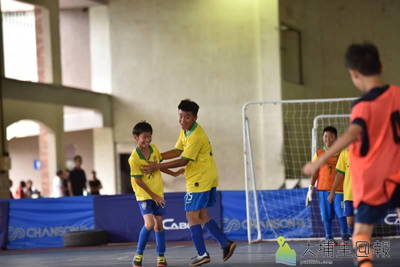 埔里鎮運第一次舉辦足球比賽,太平國小陳毓叡(中)射門成功後露出開心的笑容。(柏原祥 攝)