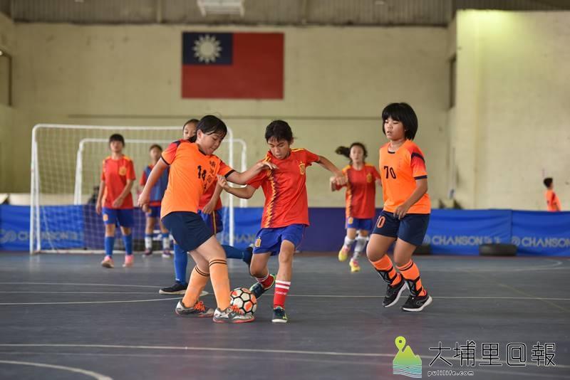 埔里鎮運第一次舉辦足球比賽,小女隊伍爭球氣勢一點都不輸男生。(柏原祥 攝)