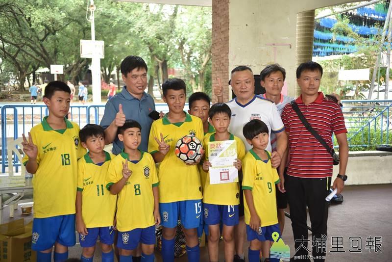 埔里鎮運第一次舉辦足球比賽,小男季軍太平國小合影。(柏原祥 攝)