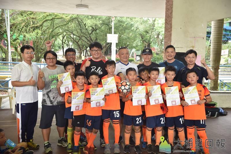埔里鎮運第一次舉辦足球比賽,小男亞軍埔里國小合影。(柏原祥 攝)