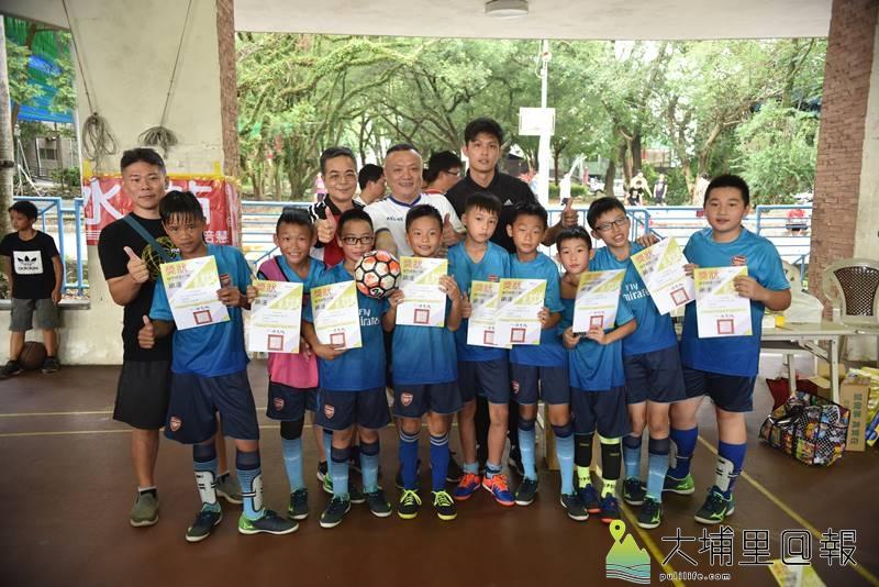 埔里鎮運第一次舉辦足球比賽,小男冠軍愛蘭國小合影。(柏原祥 攝)