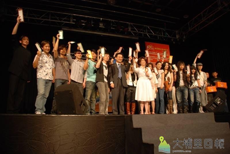 九二一地震10週年時,眾多歌手在紙教堂齊聚,演唱《讓愛轉動整個宇宙》紀念主題曲。(圖/新故鄉文教基金會提供)