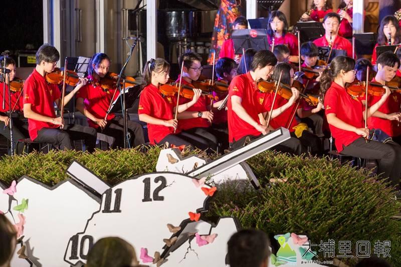 埔里Butterfly交響樂團冒雨演奏國家文藝獎得主錢南章為埔里所譜寫的第六號交響樂《蝴蝶》,還有年輕作曲家陳廷銓的《桃米四季》。(黃子明 攝)