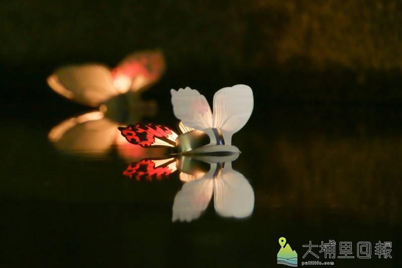 九二一地震20週年音樂會在紙教堂舉行,與會來賓在紙教堂水池施放「曙鳳蝶」造型的水燈祈福。(黃子明 攝)