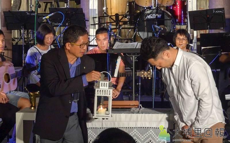 九二一地震20週年音樂會在紙教堂舉行,新故鄉文教基金會董事長廖嘉展代表接受日本神戶天主教會贈送的燭火。(黃子明 攝)
