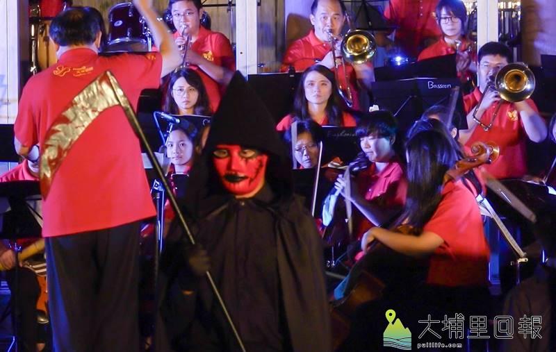 埔里Butterfly交響樂團冒雨演奏,過程中還穿插劇場表演。(黃子明 攝)