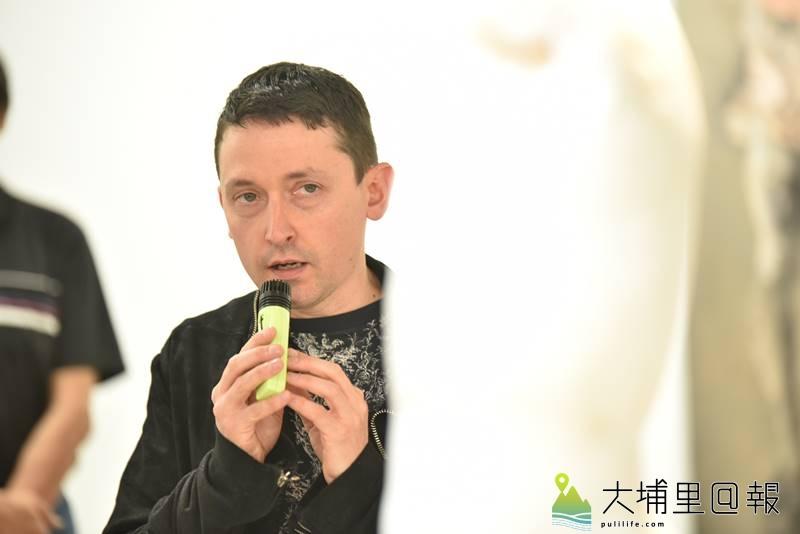 義大利畫家尼古拉.薩莫利在毓繡美術館說明他的創作理念,繪畫、雕塑作品展覽至明年3月1日。(圖/柏原祥攝)