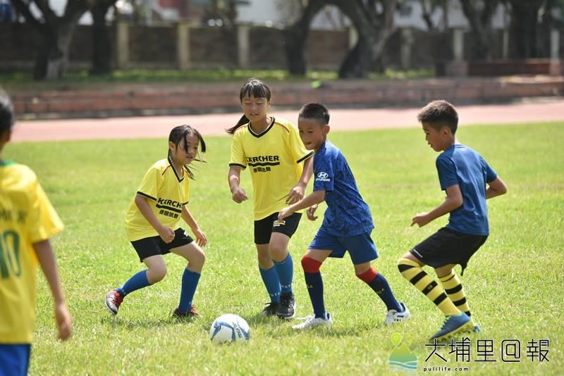 埔里山城足球俱樂部代訓縣運足球埔里代表隊,小球員加緊訓練,希望能獲得佳績。(柏原祥 攝)