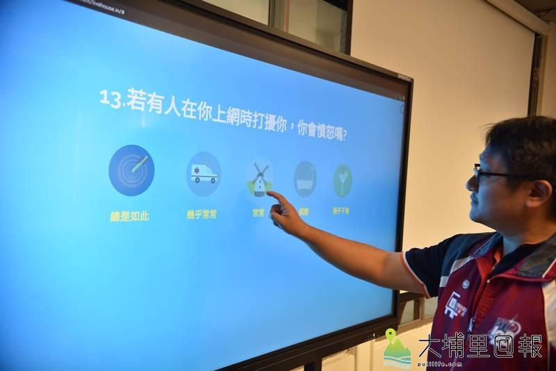 埔里國小成立網路成癮防制中心,提供相關宣導品,並有大型觸控螢幕,讓使用者透過網路問卷瞭解自身是否有成癮的跡象。(柏原祥 攝)