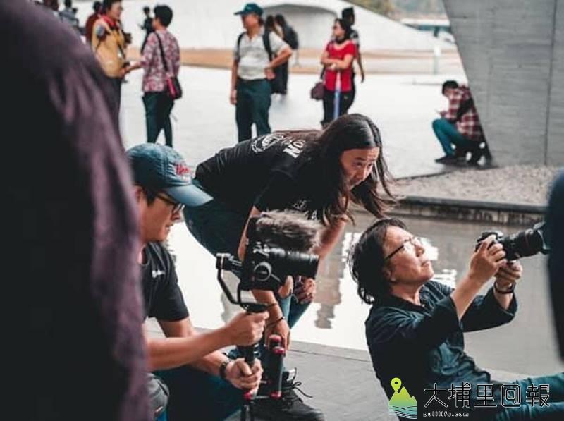 導演劉又麒(中)與「亞洲鑄劍大師」陳世聰合作,執導《劍盧寶劍誰與爭鋒》微電影。(圖/劉又麒提供)