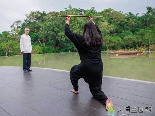 導演劉又麒(右)與「亞洲鑄劍大師」陳世聰合作,執導《劍盧寶劍誰與爭鋒》微電影。(圖/劉又麒提供)