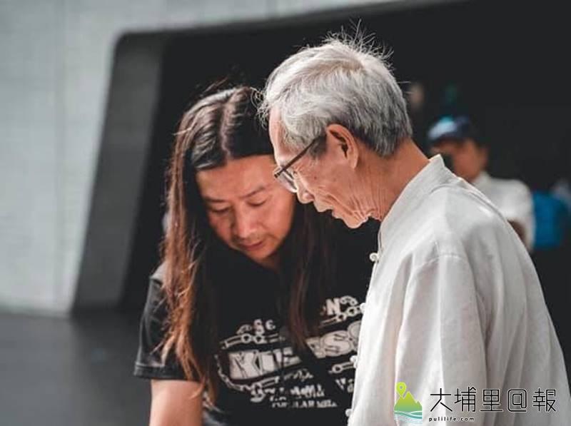 「亞洲鑄劍大師」陳世聰(右),與紀錄片導演劉又麒英雄惜英雄。(圖/劉又麒提供)