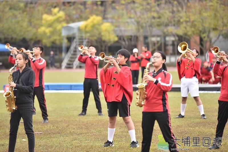 埔里鎮宏仁國中舉辦50週年校慶,行進管樂隊帶來精彩的表演。(柏原祥 攝)