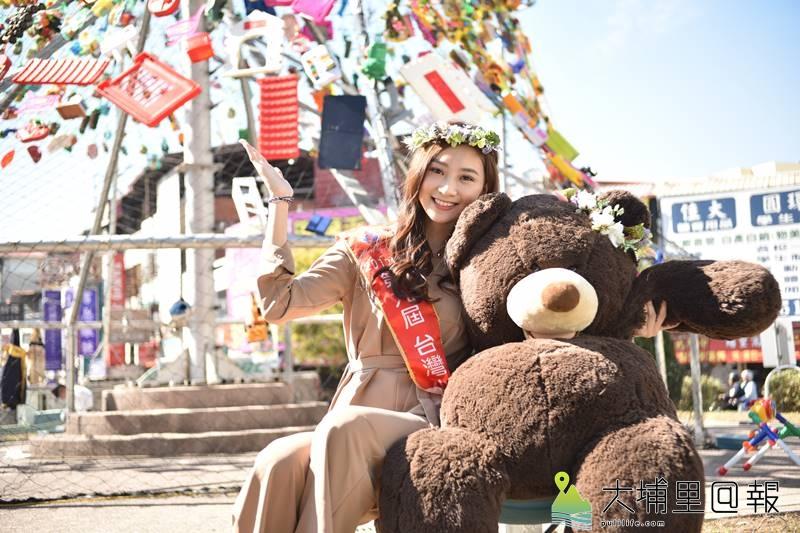 埔里女兒台灣小姐高曼容代言埔里嘉年華活動,在玩具聖誕樹前留下美麗的身影。(柏原祥 攝)