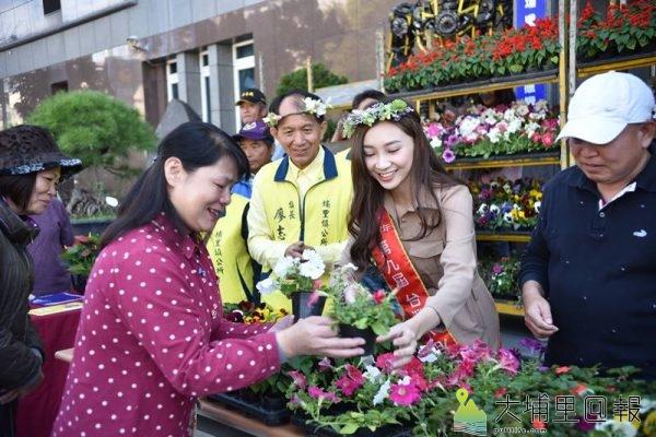 埔里女兒台灣小姐高曼容代言埔里嘉年華活動,與鎮長廖志城送花草予鎮民。(柏原祥 攝)