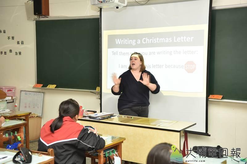 外籍英語教師Emma Eiden,在宏仁國中協助教學,帶給一年級新生活潑道地的美語課程。(柏原祥 攝)