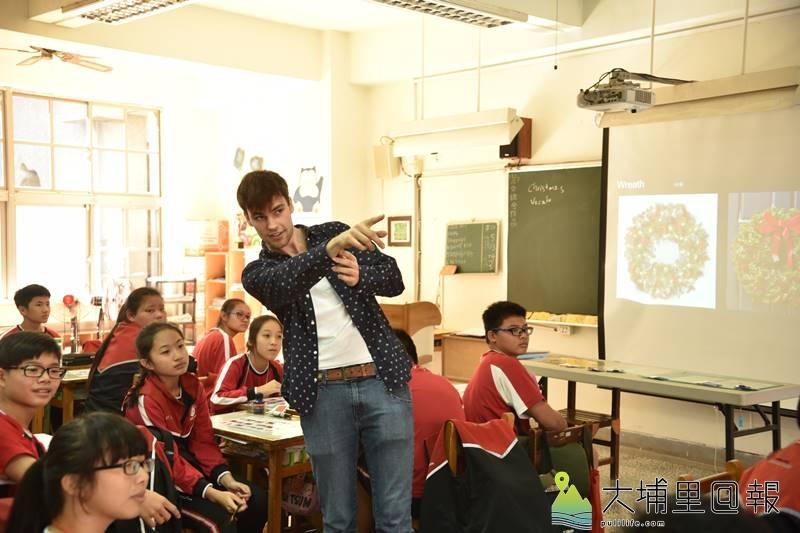 美國西華頓大學Daniel Leach與宏仁國中進行長達10個月的視訊教學後來到台灣與學生們相見歡,並以全英語做互動。(柏原祥 攝)