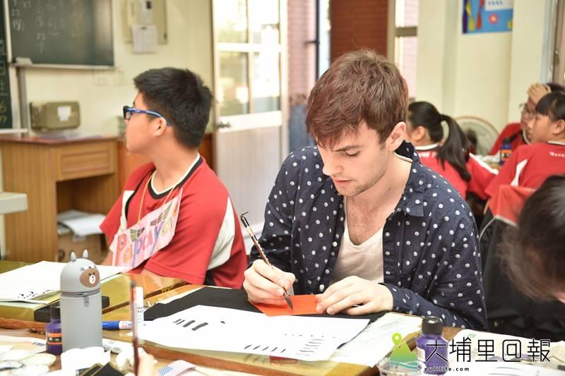 美國西華頓大學Daniel Leach與宏仁國中進行長達10個月的視訊教學後來到台灣與學生們相見歡,並以全英語做互動,還學習了書法。(柏原祥 攝)