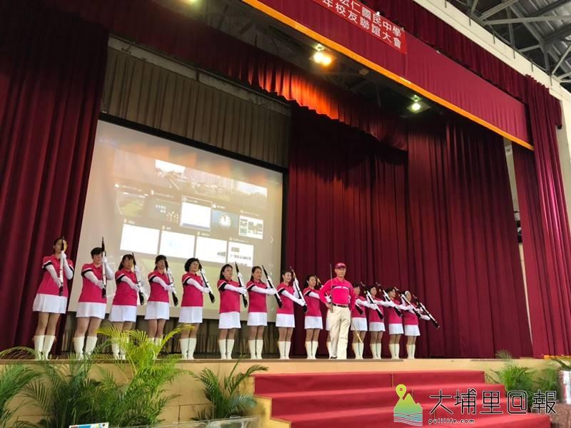 宏仁國中舉辦50週年校慶園遊會,校友組成娘子軍,表演操槍術。(柏原祥 照)