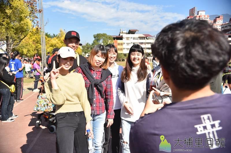宏仁國中舉辦50週年校慶園遊會,校友廣告明星雷嘉納(前排左)也返校與同學敘舊。(柏原祥 照)