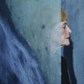 澳洲當代裝置藝術家珍奈特•勞倫絲在他的作品《森林之息》之間遊走。(柏原祥 攝)