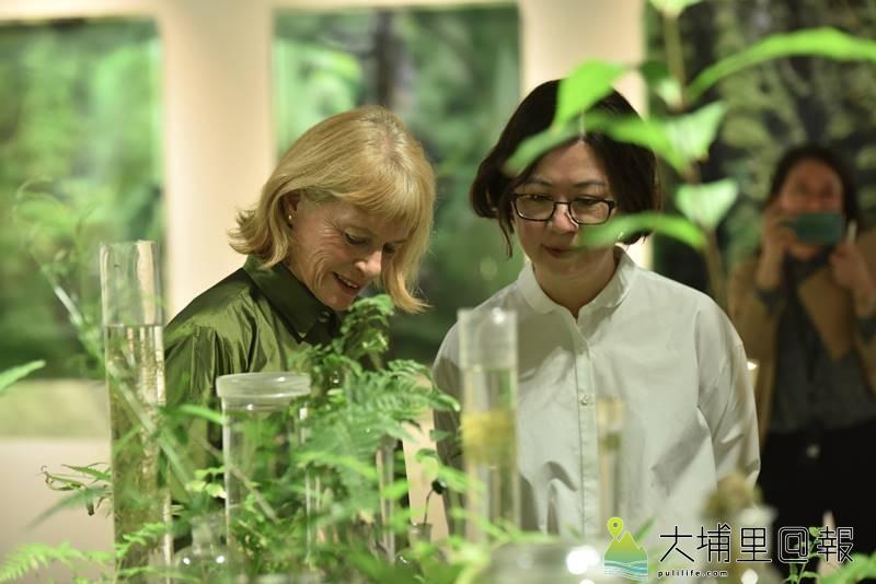 澳洲當代裝置藝術家珍奈特•勞倫絲在作品《通過綠色引信之力催生了花朵》前,說明她的創作理念。(柏原祥 攝)