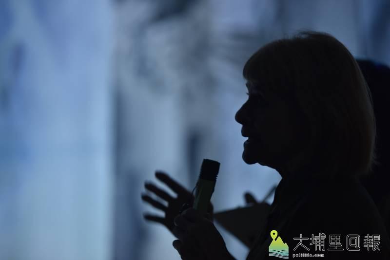 澳洲當代裝置藝術家珍奈特•勞倫絲在其作品《與植物對話》前說明創作理念。(柏原祥 攝)