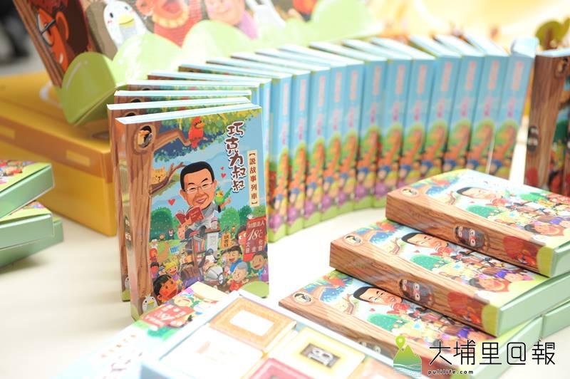 Feeling18巧克力工房與埔里鎮公所合作推出兒童節活動,小朋友不但有巧克力禮物,參與紙雕相撲,優勝者有機會可以獲得「松哥」紙雕玩偶。(柏原祥 攝)