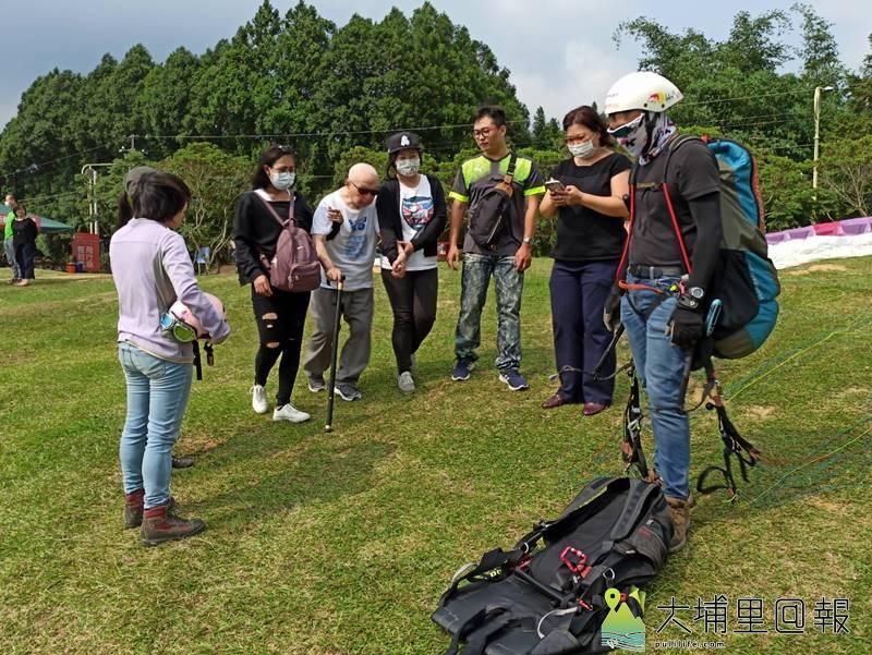 106歲的尤老先生行動略顯不便,在家人攙扶下,但仍想挑戰飛行傘。(圖/陳先生提供)