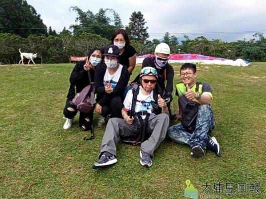 106歲的尤老先生行動略顯不便,但一直想挑戰飛行傘,在家人、教練、醫護人員協助下,成功完成夢想。(圖/陳先生提供)
