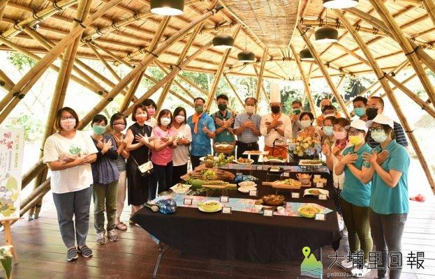 新故鄉文教基金會舉辦「與蝶共餐,幸福好滋味!」發表會,18位料理達人在紙教堂竹屋合影。(柏原祥/攝影)