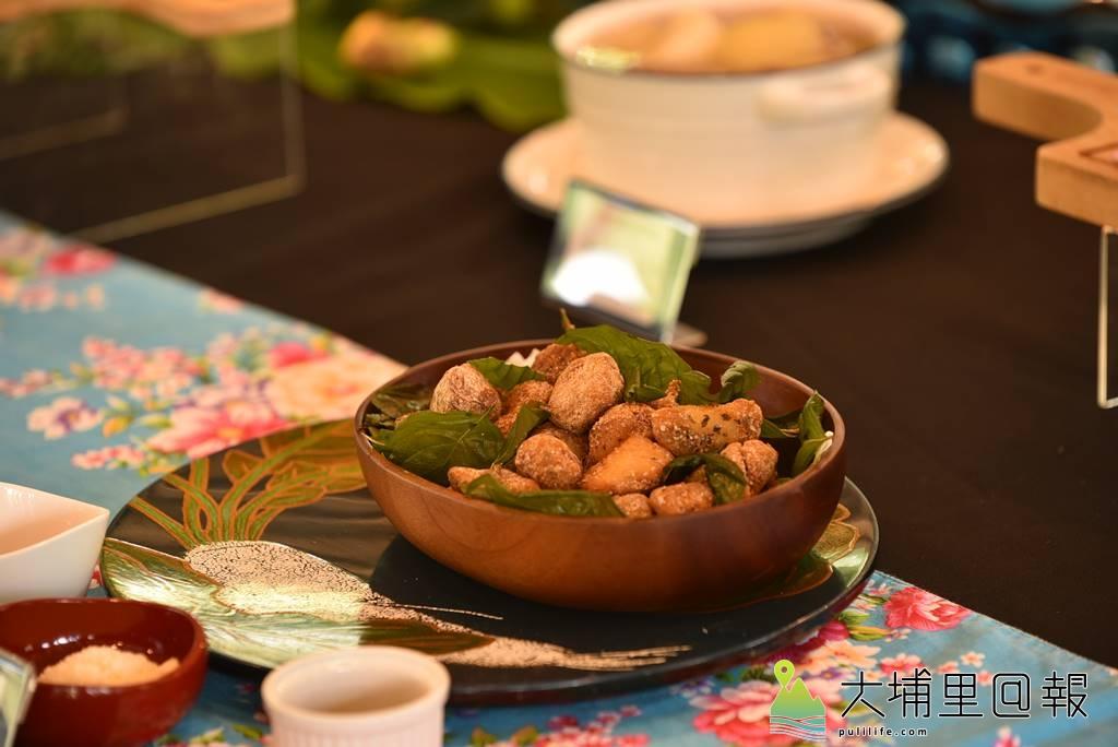 新故鄉文教基金會舉辦「與蝶共餐,幸福好滋味!」發表會,這道菜名為「刺蔥鹽酥猴頭菇」,料理者為裝沛源。(柏原祥/攝影)